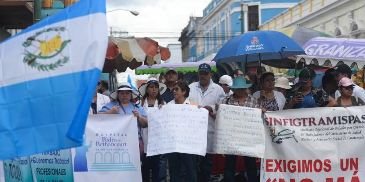 Médicos manifiestan frente al Congreso para exigir mejoras laborales