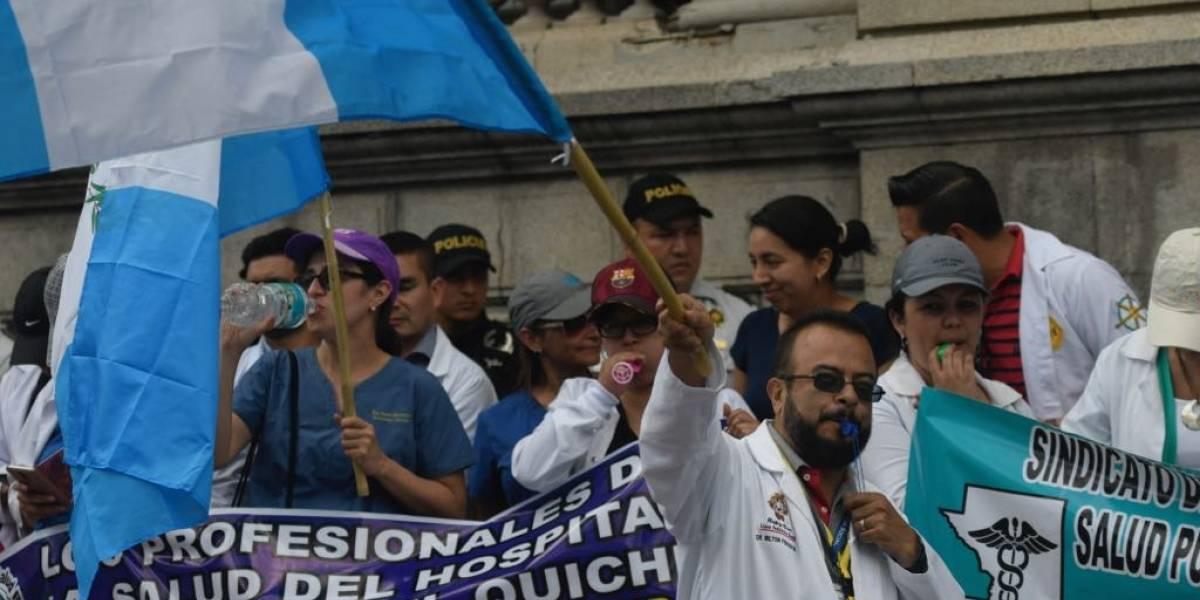 Médicos realizan plantón para solicitar aumento al presupuesto del Ministerio de Salud