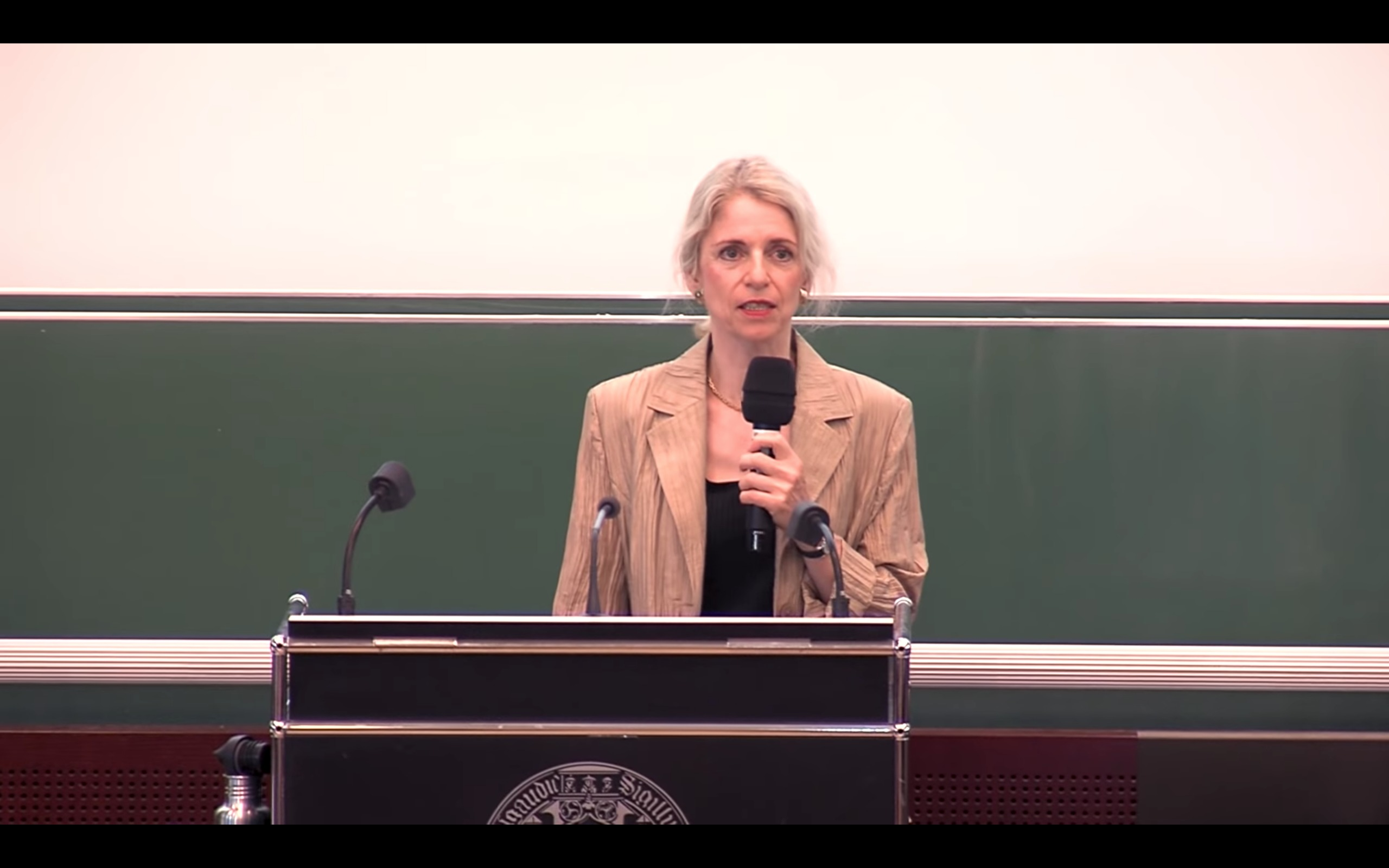 La Dr. Michels durante su conferencia