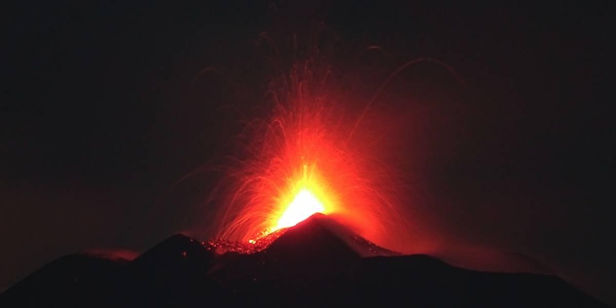 Volcán Etna de Italia entra en erupción