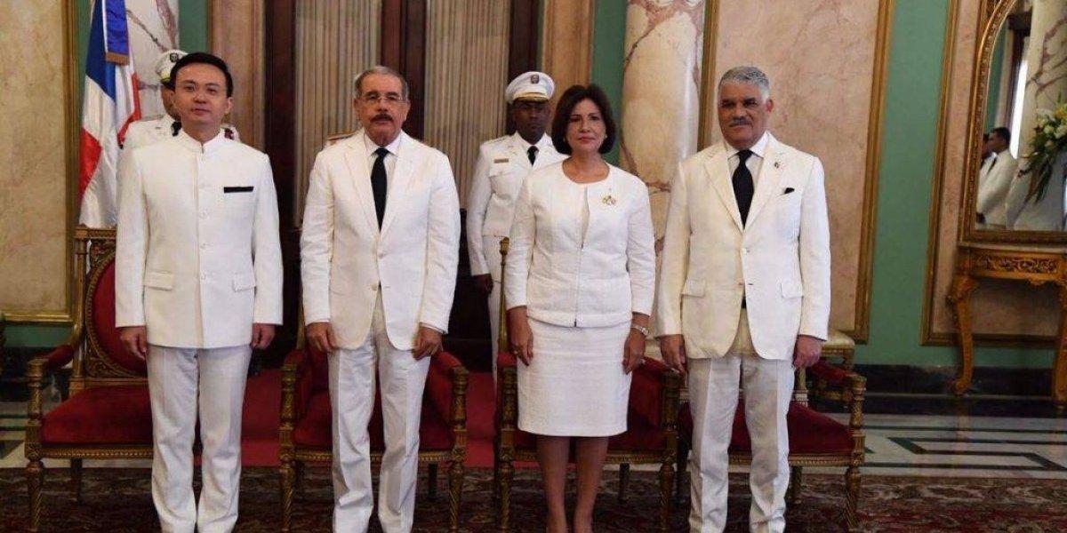 Presidente Medina recibe cartas credenciales del primer embajador chino en RD