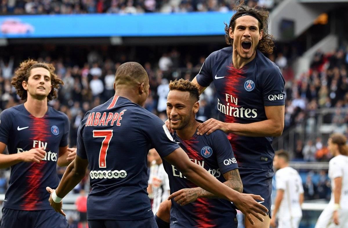 Mabappé festeja con Neymar y Cavani