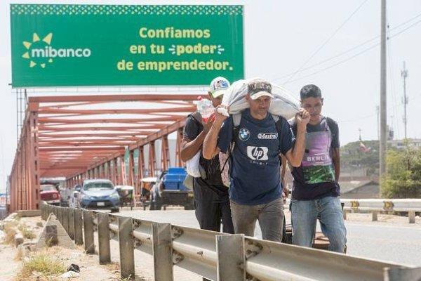 Miles de venezolanos entran a Perú antes de que se les exija pasaporte