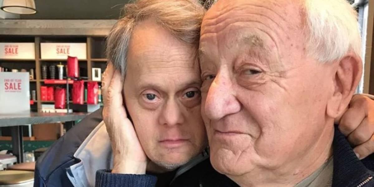 Emotivo viral: hombre con síndrome de Down llena de besos a su papá en el aeropuerto tras pasar una semana separados