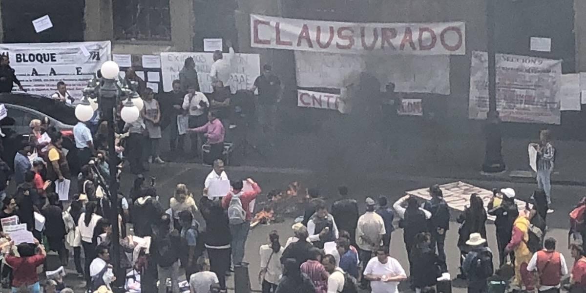"""CNTE realiza quemas y """"clausura"""" simbólicamente oficinas de la SEP"""