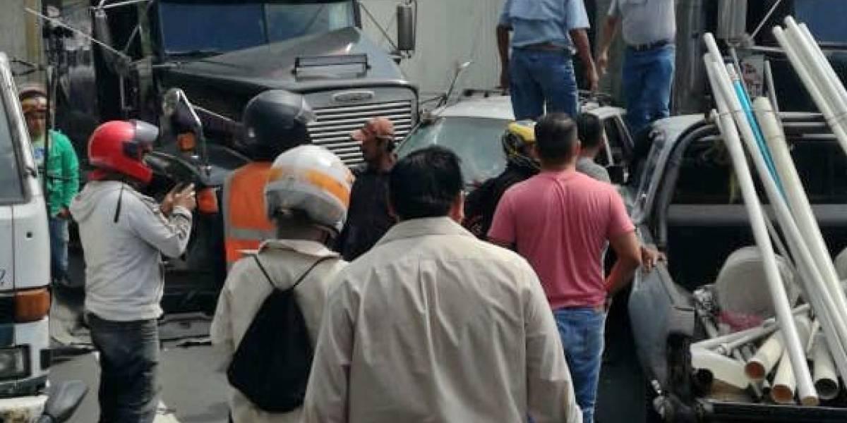 VIDEO. Conductor de tráiler perdió el control en la cuesta de Villa Lobos