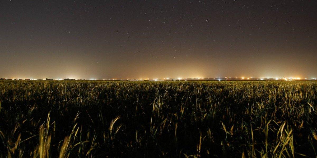 Gobernadora firma medida para prevenir la contaminación lumínica