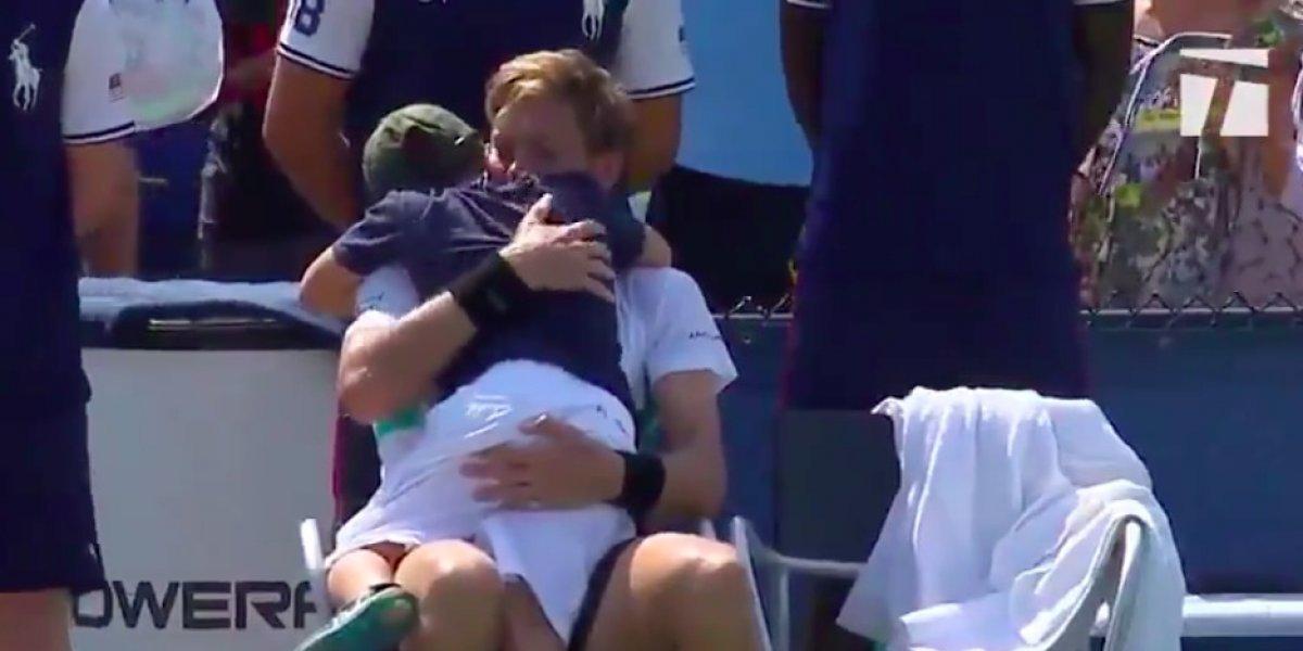 VIDEO: Hijo de tenista saltó a la cancha para consolar a su padre