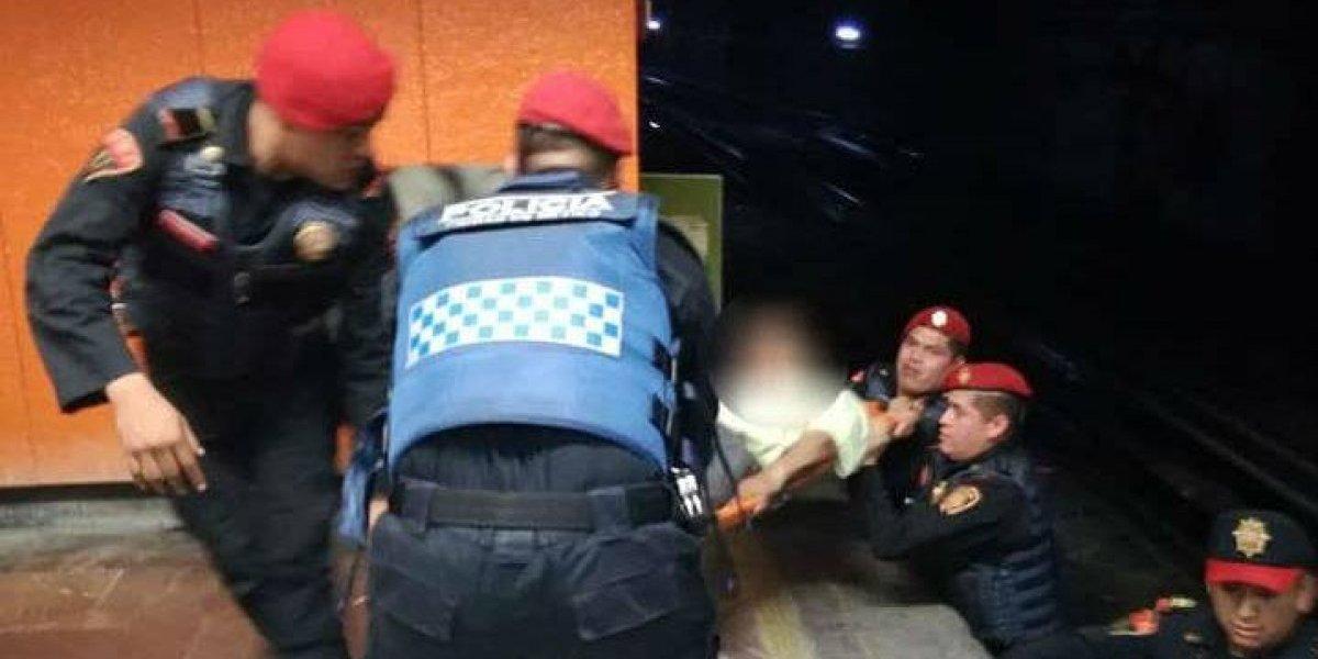Policía rescata a pareja que cayó a las vías del Metro
