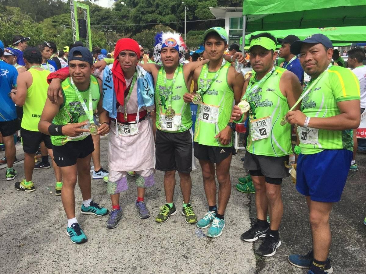 Hermes junto a sus amigos que hicieron el viaje desde Quetzaltenango