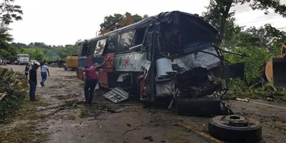 Exceso de velocidad, mal estado de carretera y lluvia habrían provocado fatal accidente