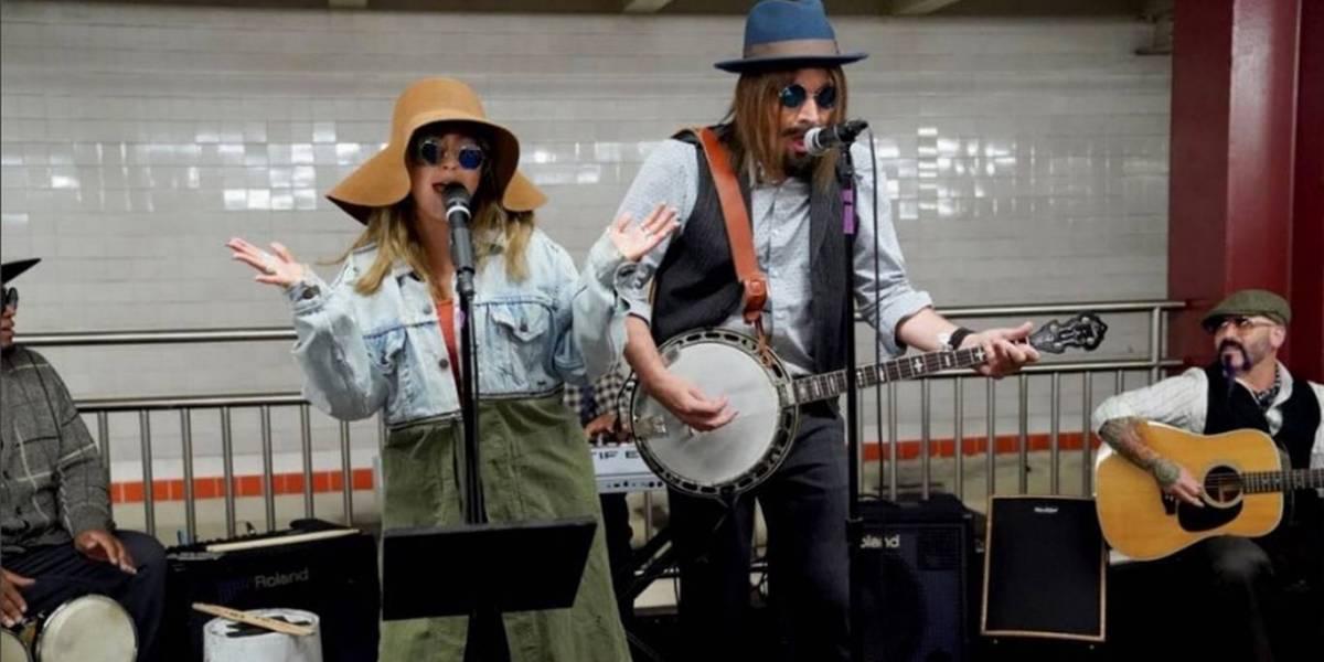 VIDEO. Christina Aguilera canta disfrazada en la estación de un metro y no deja de ser viral