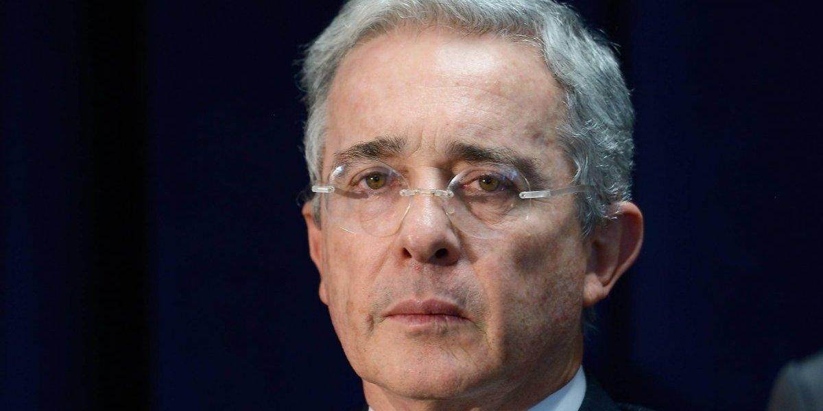 Le dicen machista a Uribe porque no deja hablar a su candidata