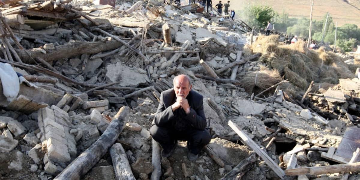 Dos muertos y más de 300 heridos tras fuerte sismo en Irán: abuelo y mujer embarazada son las víctimas fatales
