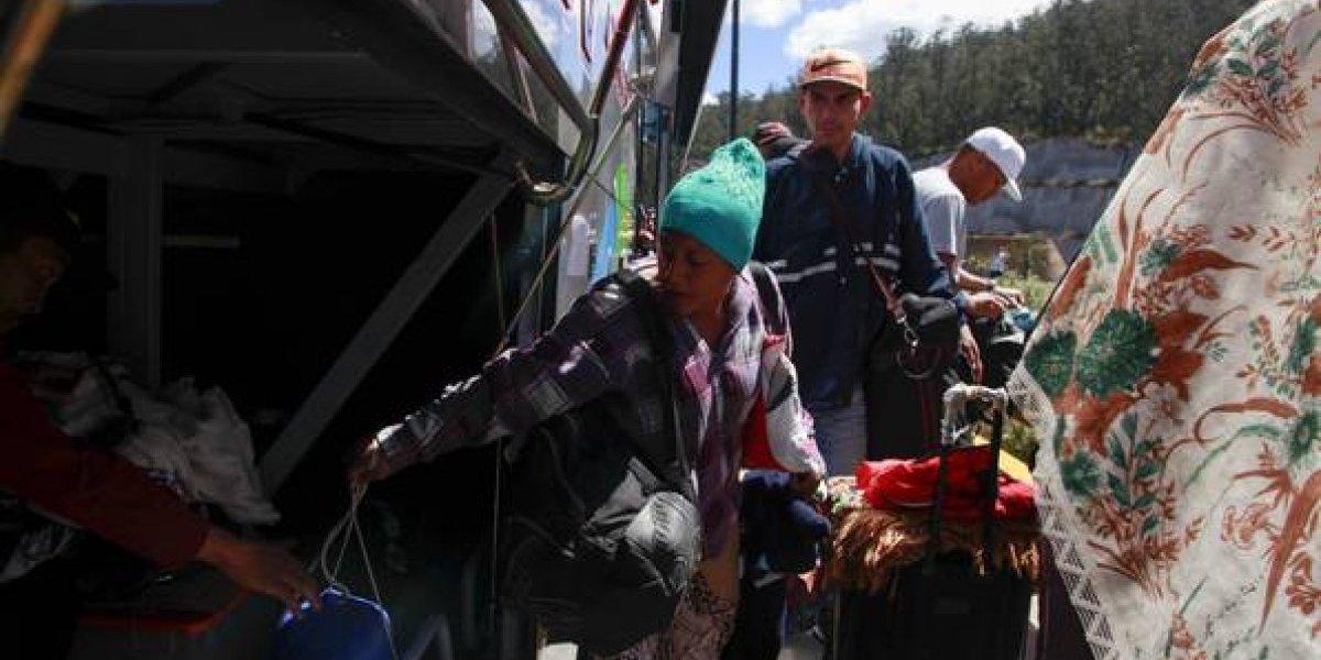 Ecuador usa brazaletes rojos para priorizar traslado de venezolanos a Perú