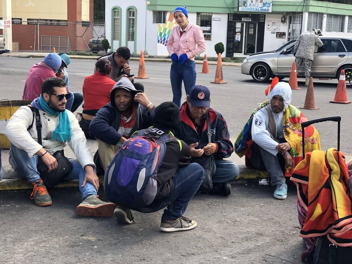 Cientos de venezolanos esperan a las afueras que migración los deje continuar su camino con la Carta Andina, EFE