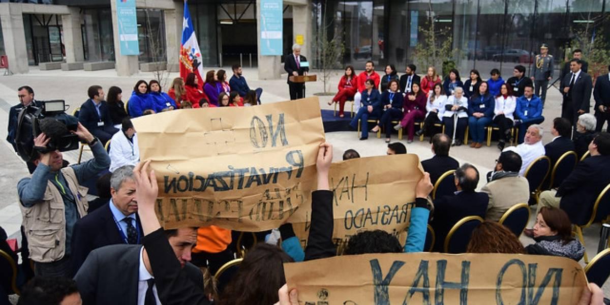 """""""No hay traslado sin condiciones laborales dignas"""": funcionarios de Félix Bulnes esperaron con funa a Presidente en Cerro Navia"""