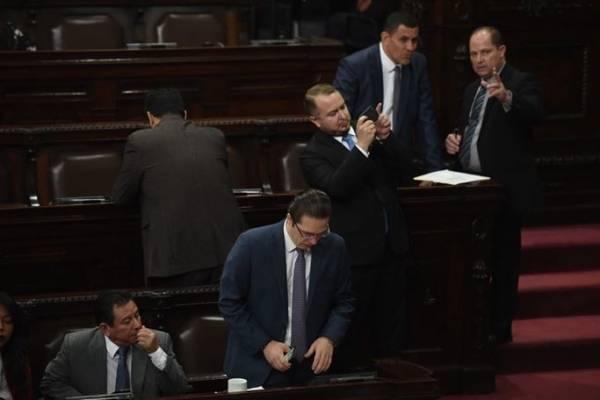 Felipe Alejos, de Todos, es uno de los que se opone a votar a favor de levantar la inmunidad al presidente.