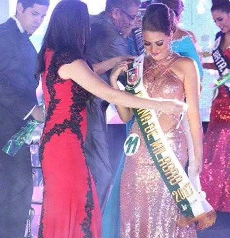 Doménica Zambonino, al ser coronada Reina de Milagro 2017