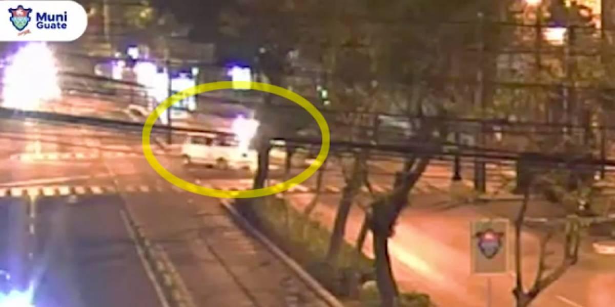 VIDEO. Taxista provoca choque al cambiarse de carril de manera prohibida