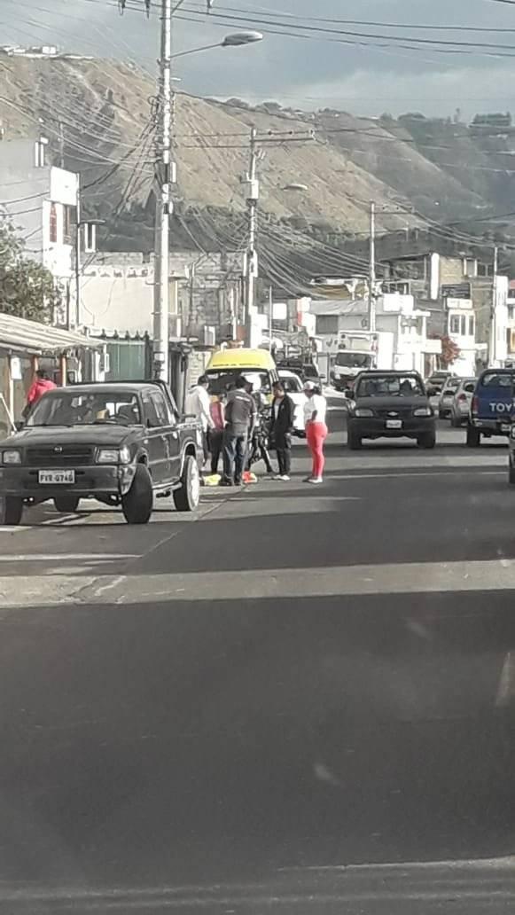 Vendedores informales protestan en el redondel de Guayllabamba Cortesía