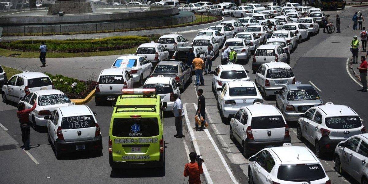 VIDEO. Manifestación de taxistas impide paso de ambulancia en zona 1