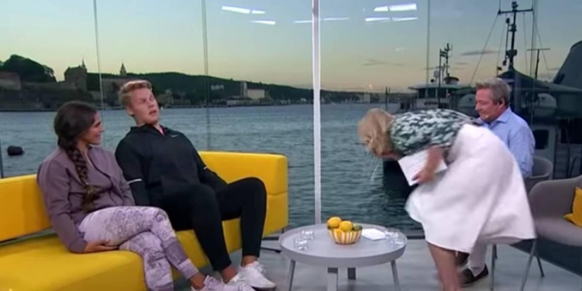 Presentadora tuvo un accidente en medio de un programa en vivo y ensució a su invitado