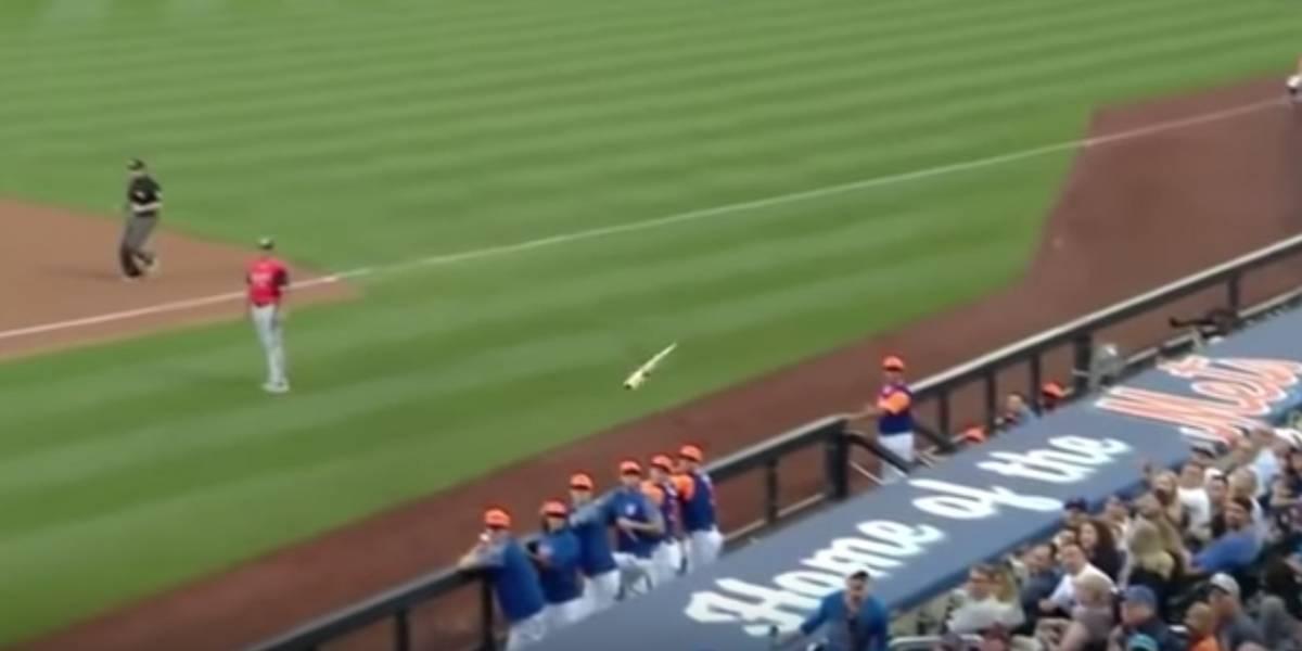 Padre esquiva bate que iba directo a golpear la cara de su hijo en partido de los Mets