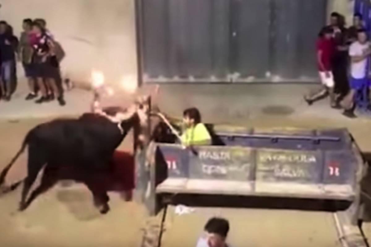 Un toro con las astas en llamas corneó a una fotógrafa