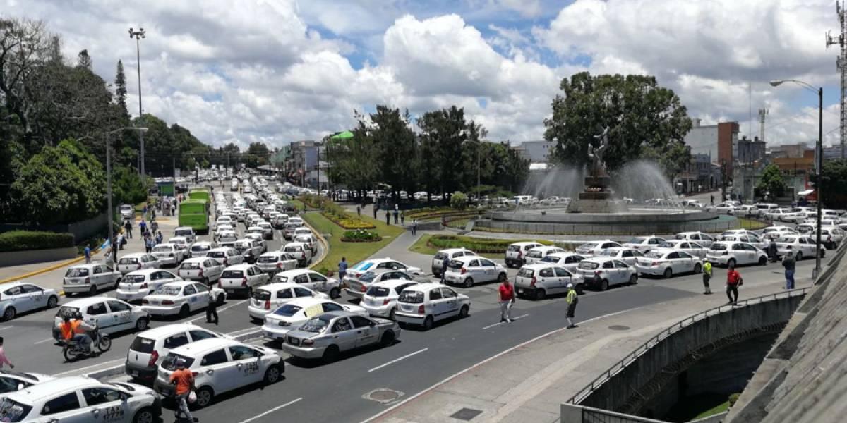 Tránsito vehicular intenso la tarde de este lunes