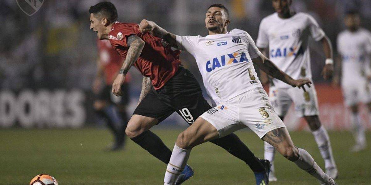 Tucu Hernández se llevó los premiados en el accidentado partido de Santos e Independiente