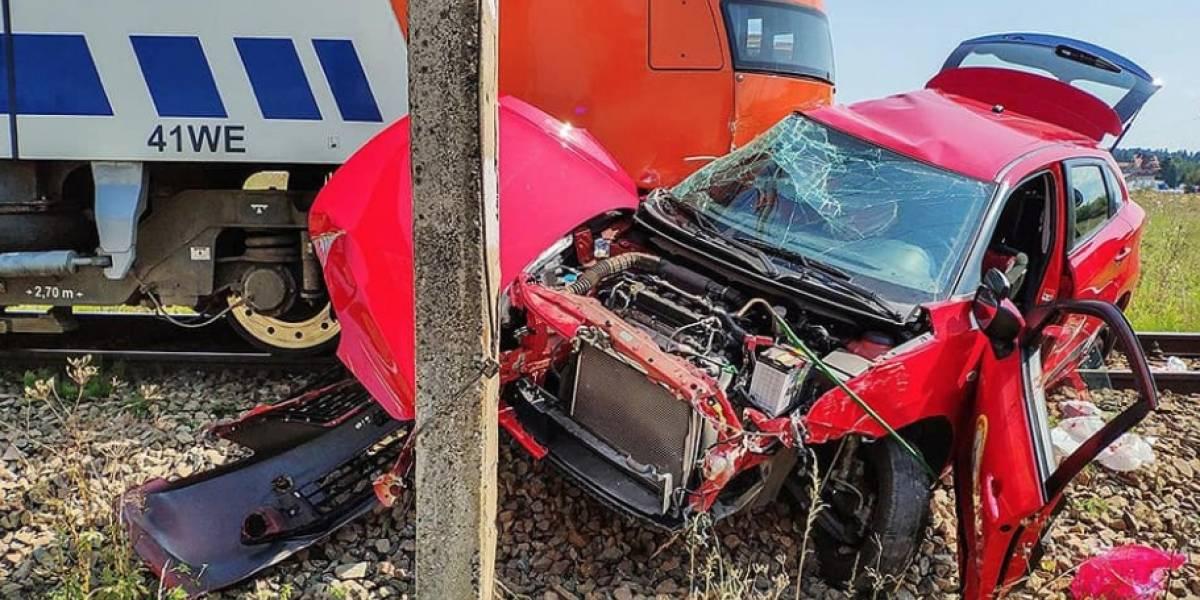 Murió mientras daba la prueba para sacar licencia de conducir luego de que el auto fue embestido por un tren: el examinador salió arrancando