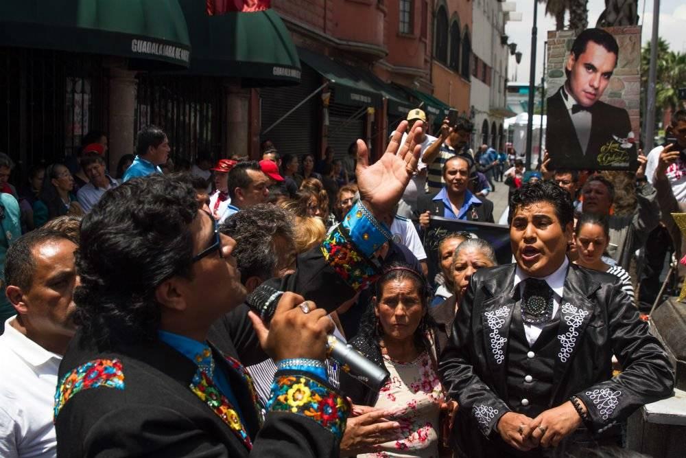 Un imitador le expresa su amor al Divo de Juárez Foto: Cuartoscuro