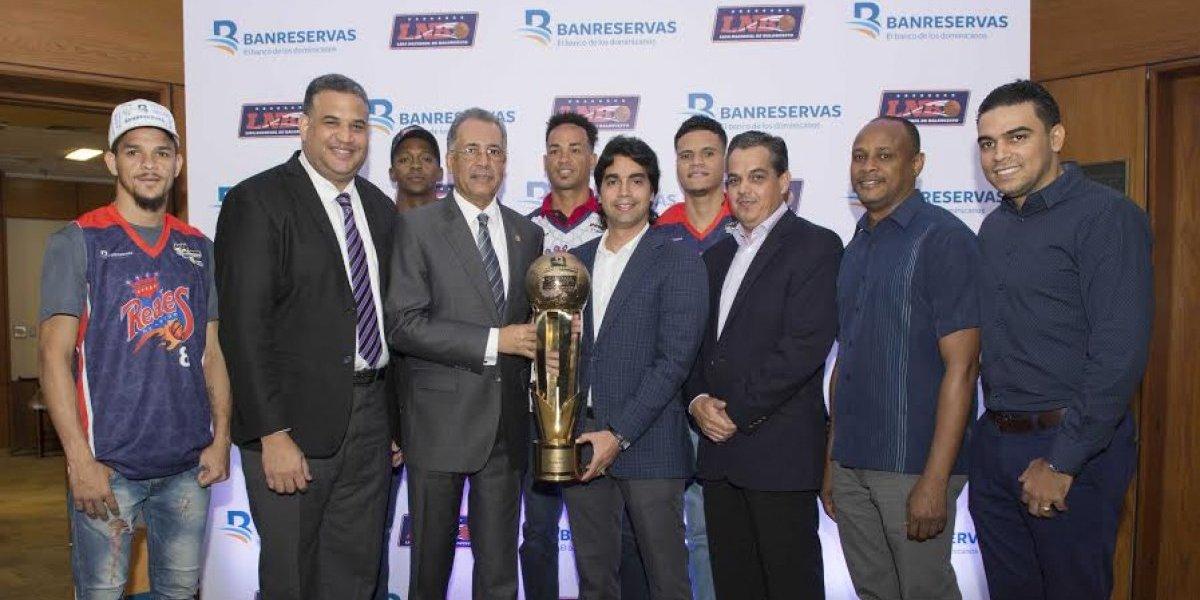 Lizardo Mézquita recibe Copa Banreservas campeones de la LNB