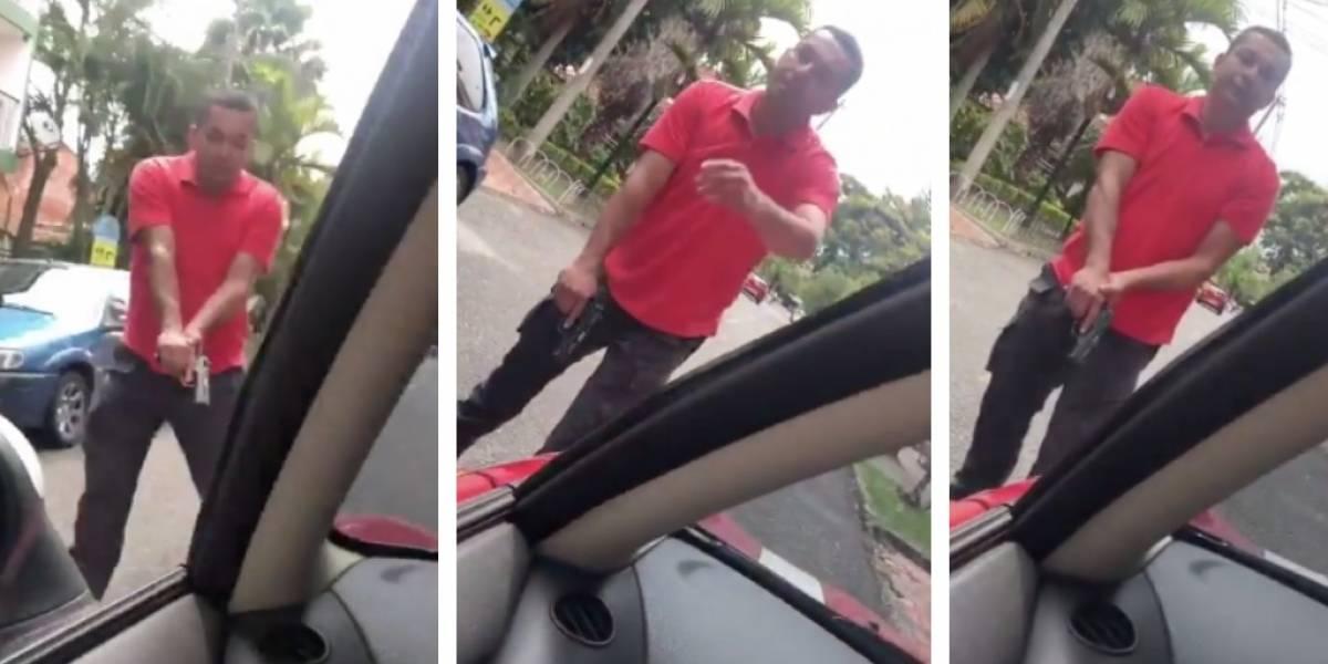 ¡Abuso! Dos agentes del CTI apuntan con un arma a hombre que les pitó por pasarse un pare