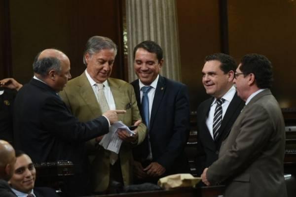 Los integrantes de la comisión pesquisidora se reunieron luego de conocer el sorteo.