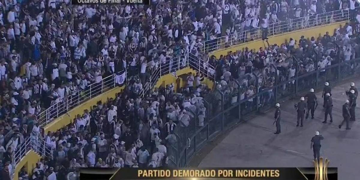 VIDEO: Se paraliza encuentro Santos vs Independiente por la Copa Libertadores tras incidentes en las gradas