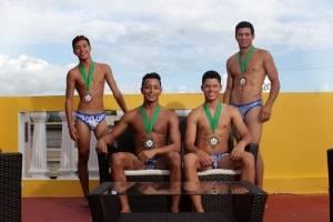 Ganador junto a los finalistas de la prueba de deportiva. Foto: suministrada