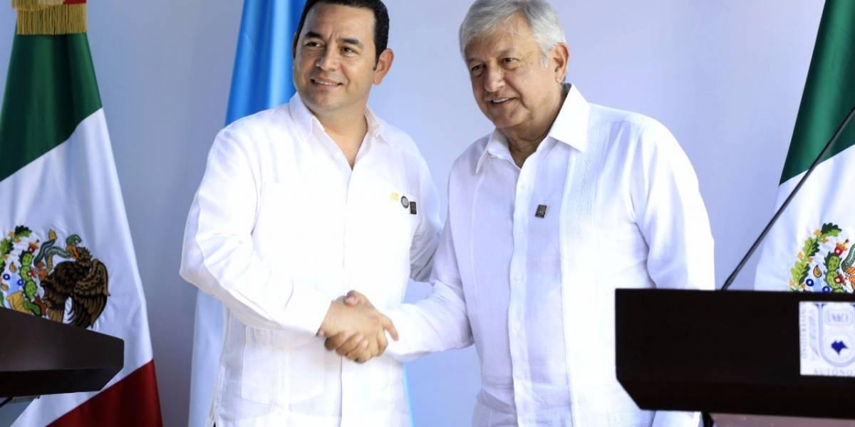 Morales le regala una botella de ron al presidente electo de México