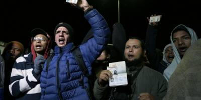 Un grupo de migrantes venezolanos espera una decisión de las autoridades de migración que les permita entrar a Ecuador sin pasaporte después de que nuevas regulaciones exigieran el documento en el país en Rumichaca,