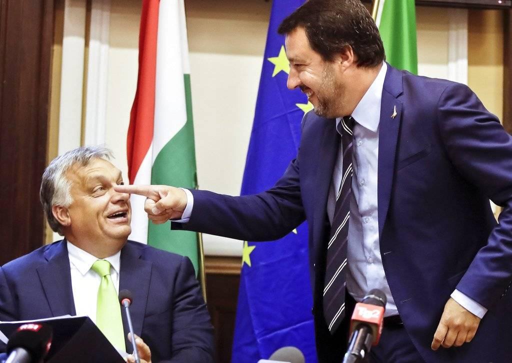 """""""Ahora mismo en la UE hay dos bloques: uno liderado por (el presidente francés, Emmanuel) Macron, (...) que es el jefe de los partidos que apoyan la inmigración, y por otra parte estamos nosotros, que queremos frenar la inmigración ilegal. Esta es la situación actual"""", dijo Orbán. Foto: AP"""