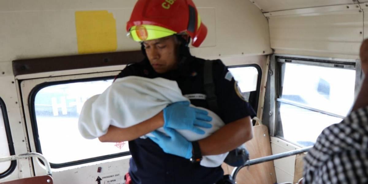 Bebé es abandonado en los asientos traseros de un bus urbano