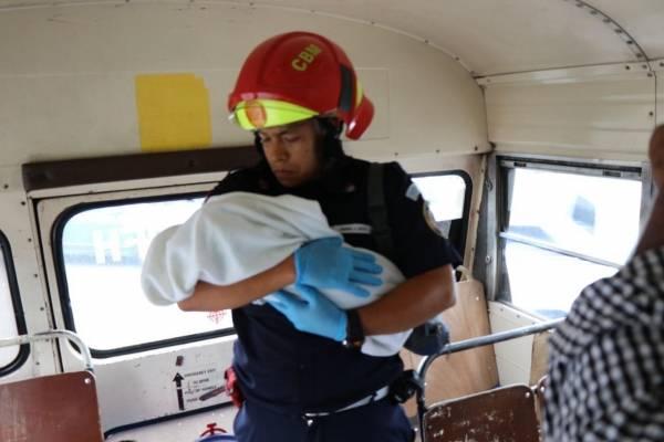 Bebé abandonado en bus