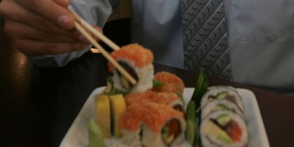 Doctores tuvieron que amputar la mano de un hombre tras comer sushi
