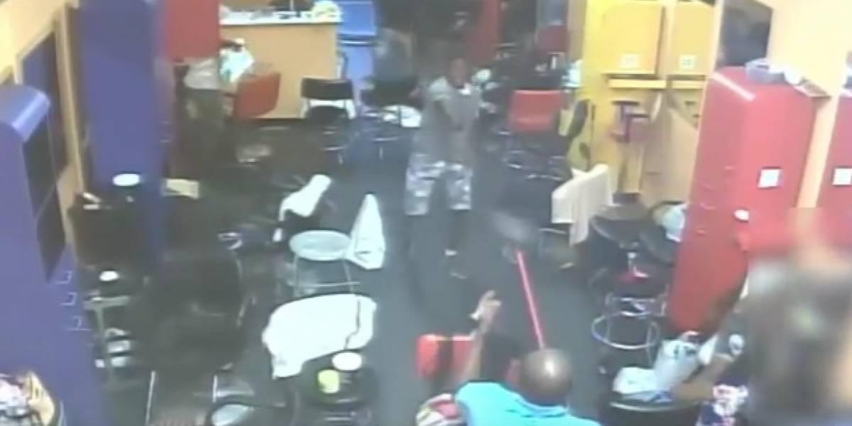 Dueño de peluquería espantó a tres ladrones armados con una escoba