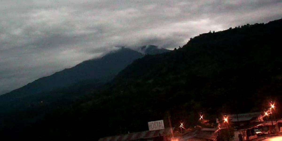 Volcán Reventador emite columnas de gases de hasta 1.000 metros
