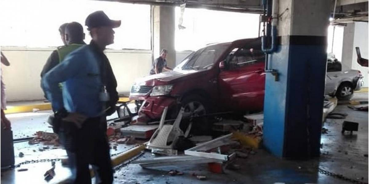 Video: Reportan aparatoso accidente en exclusivo centro comercial