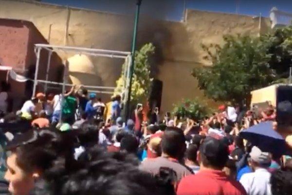 Golpean y queman a dos presuntos delincuentes en Puebla
