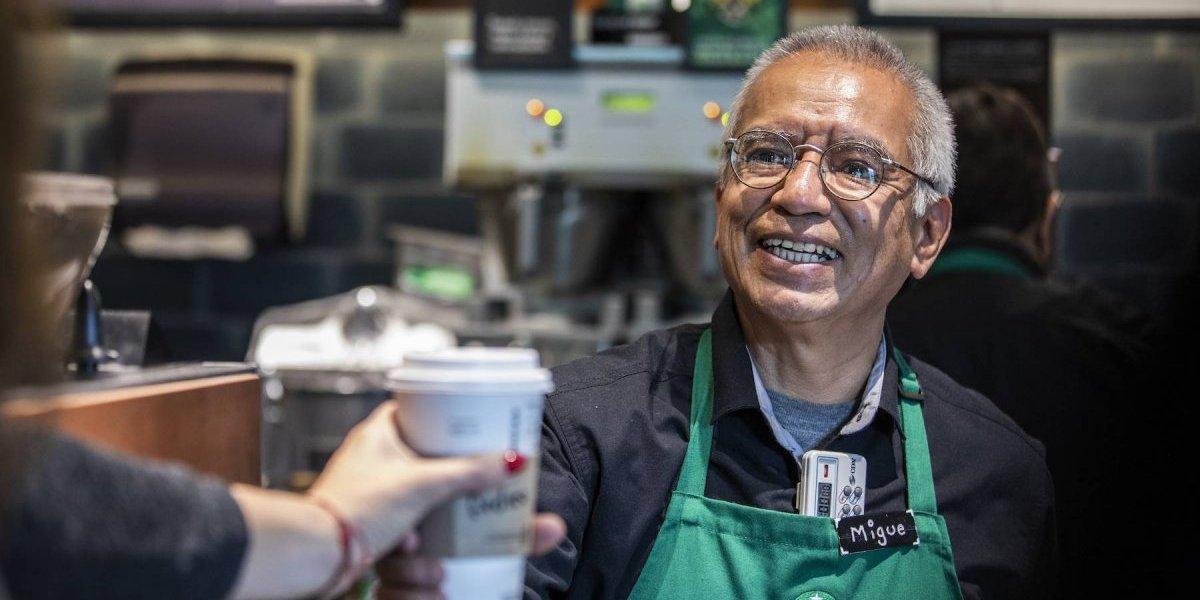 Starbucks abre primera tienda operada por adultos mayores
