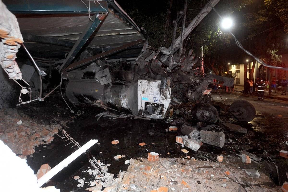 Una pipa que transportaba chapopote chocó en la esquina de Constituyentes. Foto: Cuartoscuro